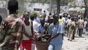 Wakazi wakimbeba mmoja wa majeruhi katika shambulio la hivi karibuni nchini Somalia.