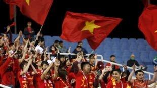 Cổ động viên bóng đá Việt Nam trên sân Mỹ Đình, Hà Nội trong trận Việt Nam - Đài Loan ngày 24/03/2016.