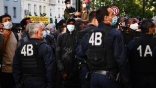 Les gendarmes français évacuent un campement de migrants à Aubervilliers, en banlieue parisienne, le 29 juillet 2020.