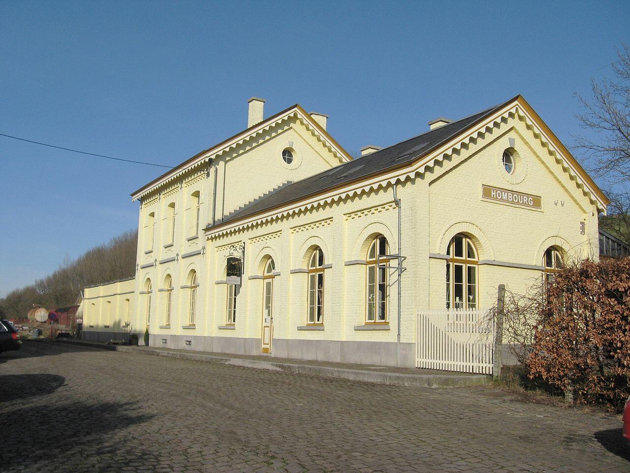 La gare de Hombourg a été restaurée en un gîte et deux wagons de la Seconde Guerre mondiale viennent compléter le dispositif.