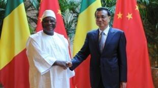 Le président du Mali Ibrahim Boubacar Keïta et le Premier rministre chinois Li Keqiang (d), lors du Forum économique de Tianjin, le 10 septembre 2014.