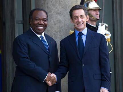 Poignée de main entre Ali Bongo Ondimba et Nicolas Sarkozy à Paris, le 20 novembre 2009.