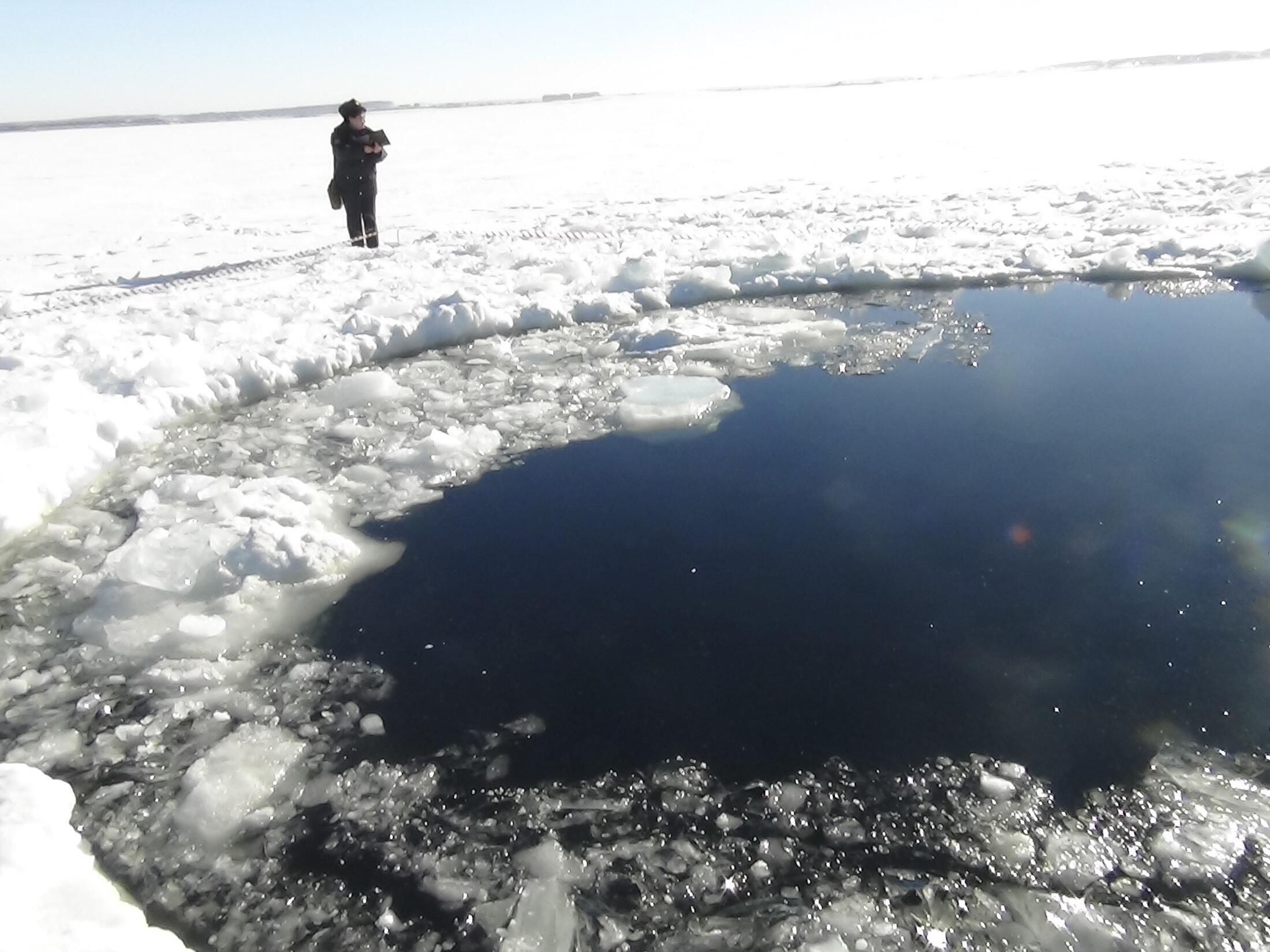 Mưa thiên thạch chạm xuống mặt hồ đóng băng ở  Chelyabinsk 15/02/2013 (REUTERS)