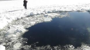 Cratera provocada em um lago congelado pelo meteorito que caiu na sexta-feira na região dos montes Urais, na Rússia.