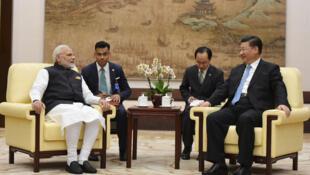 Chủ tịch Trung Quốc Tập Cận Bình (P) và thủ tướng Ấn Độ Narendra Modi gặp nhau tại Vũ Hán, 27/04/2018.