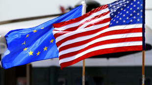 Drapeaux UE et USA AP120518174590