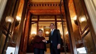 O opositor venezuelano Juan Guaidó se encontrou neste sábado (25) com a ministra das Relações Exteriores da Espanha, Arancha González, em Madri.