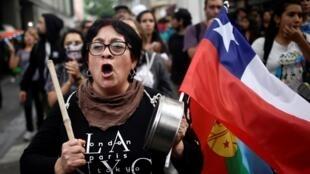 """Le Chili vit un mouvement féministe historique et les femmes ont été à l'avant du mouvement de contestation actuel. Ici, lors du jour de manifestations """"Super Lunes"""" contre le coût de la vie et le gouvernement le 2 mars 2020, à Concepcion."""