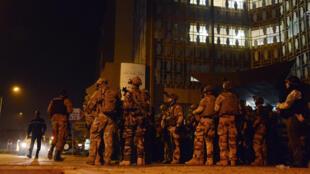 Soldados franceses apoyaron a las fuerzas de Burkina Faso en el asalto al hotel Splendid, blanco de un ataque terrorista desde este viernes 15 de enero de 2015 en Uagadugú.