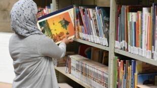Dans leur entrepôt en banlieue parisienne, les équipes de BSF trient les centaines de milliers de livres récoltés grâce aux dons.