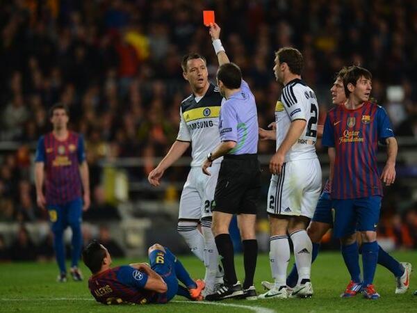 Nahodha wa Chelsea John Terry akipewa kadi nyekundu kwenye mchezo dhidi ya Barcelona baada ya kumpiga Sanchez mgongoni