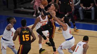 El joven Trae Young, de los Atlanta Hawks, lanza a canasta durante el juego del sábado ante los New York Knicks.