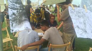A la Foire d'art contemporain Manifesta, des ateliers de migrants et des échanges avec la population locale.