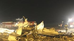 Restos do Boeing 737-500 que explodiu ao pousar no aeroporto da cidade de Kazan, fazendo 50 vítimas.