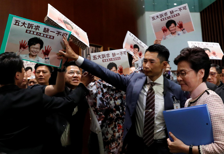 Impedida de discursar, chefe do Executivo de Hong Kong, Carrie Lam, deixou o Parlamento sob escolta nesta quarta-feira (16).