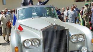 Le président gabonais Omar Bongo reçoit son homologue français Jacques Chirac le 16 juillet 1996.