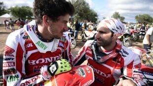 O piloto espanhol Joan Barreda Bort (esquerda) e o piloto português Paulo Gonçalves (direita) durante o rali Dakar.