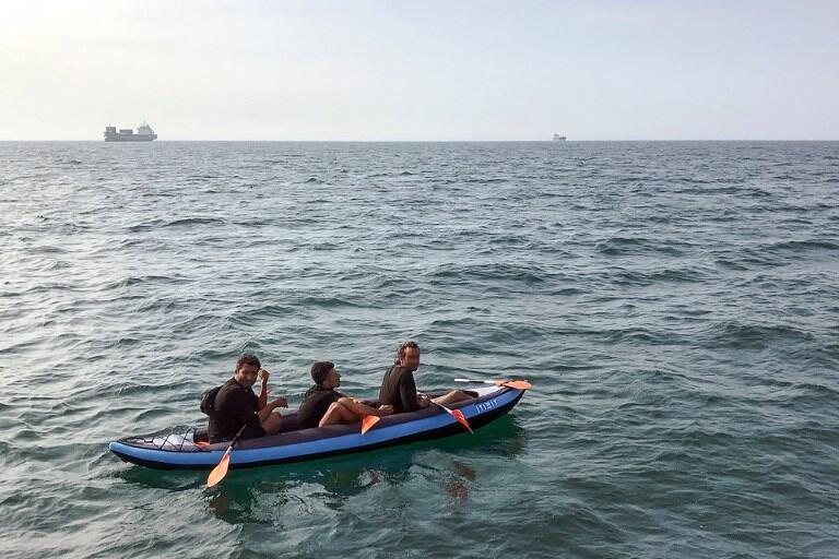 Trois migrants tentent de traverser la manche dans un canoë gonflable. (Illustration)