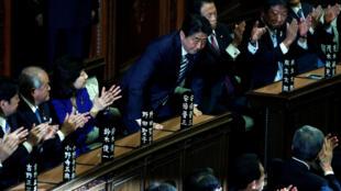 日本自民党主席安倍在众院全体会议上当选连任日本首相  2017年11月1日