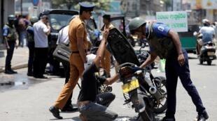 Kiểm tra an ninh tại một chốt gác ở thủ đô Colombo (Sri Lanka) ngày 24/04/2019, ba hôm sau loạt khủng bố tự sát đánh vào nhà thờ churches và khách sạn hạng sang.