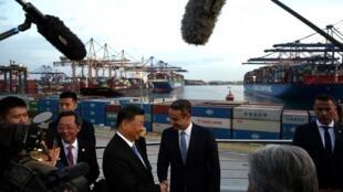 中国国家主席习近平与希腊总理米佐塔基斯参观比雷埃夫斯港资料图片
