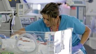 Una enfermera en una unidad de cuidados intensivos en Miami. Archivo.