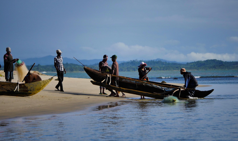 Retour de pêche à Mahambo à Madagascar. Bénéficiaires ou victimes? Vue l'opacité actuelle entourant l'accord de pêche signé le 5 septembre dernier, difficile d'expliquer à ces pêcheurs si celui-ci leur sera ou non favorable.