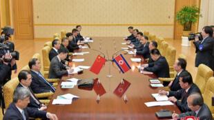 Ngoại trưởng Trung Quốc Vương Nghị họp với ngoại trưởng Bắc Triều Tiên Ri Yong Ho tại Bình Nhưỡng ngày 3/05/2018.