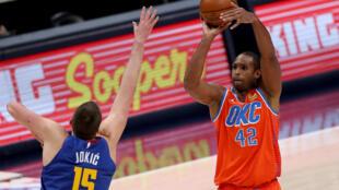 Al Horford, de los Oklahoma City Thunder, lanza ante Nikola Jokic en un juego ante los Denver Nuggets el pasado febrero.