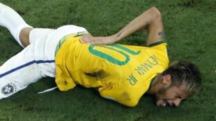 Neymar no chão após o golpe do zagueiro colombiano na sexta-feira (4), em Fortaleza.