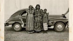 Seydou Keïta, sans titre, 21 mai 1954 [cachée]. Tirage argentique d'époque. 13 x 18 cm. CAAC.