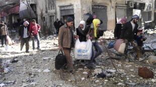 A maioria dos civis evacuados de Homs nesta sexta-feira (07) eram idosos, mulheres e crianças.