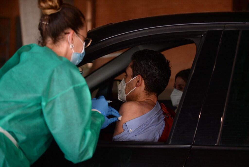 Vaccination en drive à Huelva, en Espagne, le 24 mars.