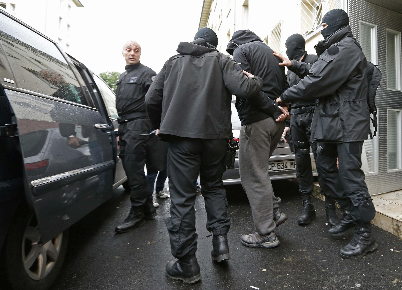 Des unités d'élite de la police escortent une des personnes interpellées à Strasbourg. 13 mai 2014.