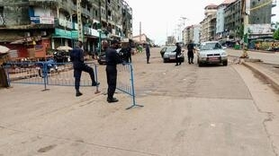 Des policiers à un check-point à Conakry, le 18 octobre 2020.