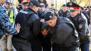哈萨克斯坦抗议示威民众被警方拘捕2019年10月26日阿拉木图