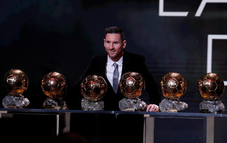 Lionel Messi posa con sus seis trofeos del Balón de Oro (2009, 2010, 2011, 2012, 2015 y 2019).
