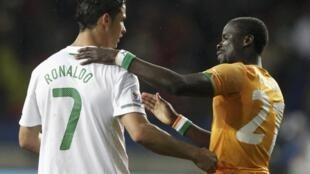 O português Cristiano Ronaldo (à esquerda) cumprimenta o marfinense Emmanuel Eboue ao final da partida.