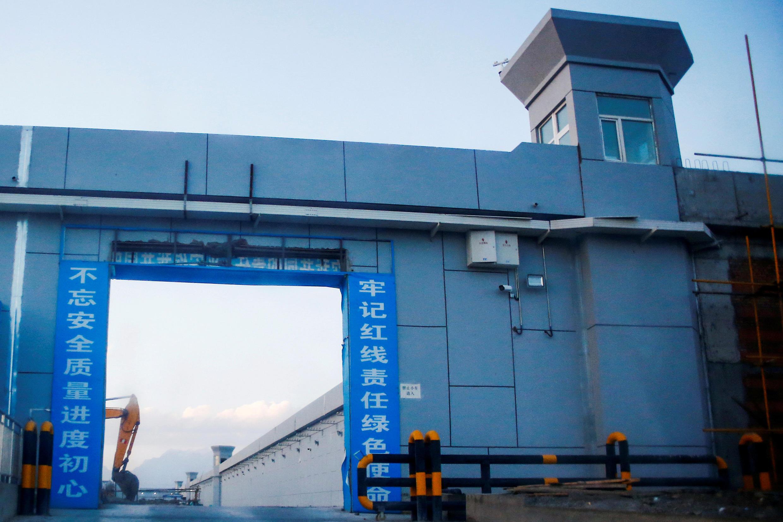 """Cổng chào đang được xây dựng của một trại cải tạo mang danh """"trung tâm dạy nghề"""" ở Dabancheng, Tân Cương."""