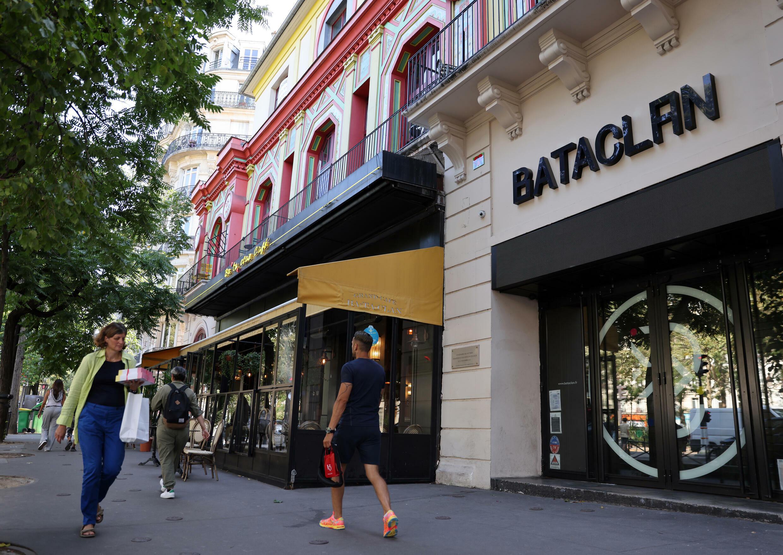 Peatones pasan delante del Bataclan de París el 3 de septiembre de 2021, donde los yihadistas atacaron y mataron a 90 personas el 13 de noviembre de 2015