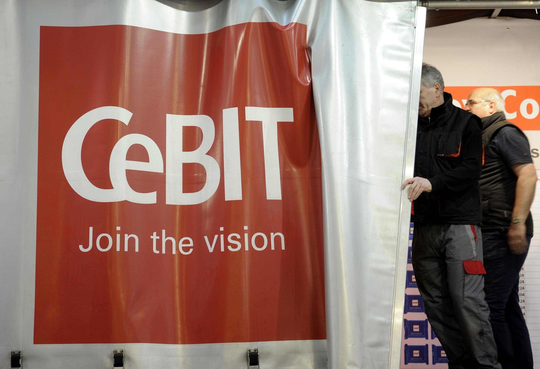 Equipe de montagem prepara banner da CeBit, feira que abre nesta segunda-feira, em Hanover, na Alemanha.