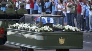Cinzas de Fidel Castro são transportadas em veículo militar