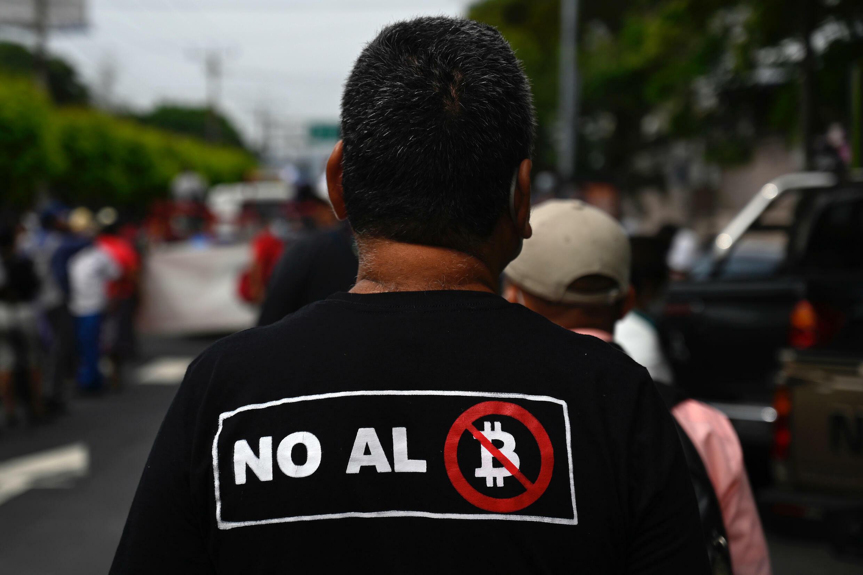 Veteranen der salvadorianischen Armee und Guerillas marschierten am 27. August 2021 durch die Straßen von San Salvador, um speziell gegen die Einführung von Bitcoin als offizielle Währung des Landes zu protestieren.