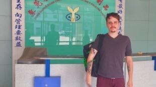 Luciano Drehmer em uma visita a uma empresa que quer vender seus produtos pela internet.