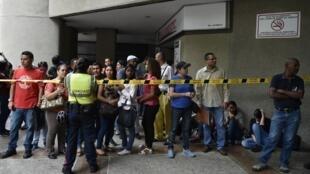 Image d'archive: Des Vénézuéliens font la queue devant le consulat chilien à Caracas pour tenter d'obtenir un visa en 2018. 加拉加斯智利領館前排隊申請簽證的委內瑞拉民眾
