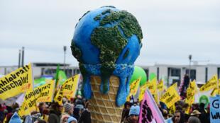 Terra derretendo em manifestação pelo meio ambiente em Berlim
