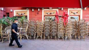Một nhà hàng ở thành phố Nice, miền nam nước Pháp, chuẩn bị mở cửa lại sau khi thủ tướng Philippe công bố giai đoạn 2 dỡ bỏ phong tỏa. Ảnh chụp ngày 28/05/2020.