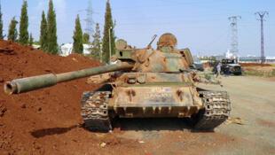 Un des sept tanks détruits par la rébellion de l'Armée syrienne libre au cantonnement de Anadan, verrou au nord d'Alep.