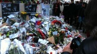 Flores decoram a porta do jornal Charlie Hebdo em homenagem às vítimas do ataque extremista