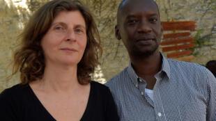 Olivia Rosenthal et Dorcy Rugamba posant lors de « Ça va, ça va le monde ! » au Festival d'Avignon.